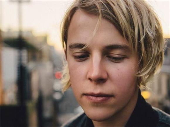 Tom Odell Turns His Insecurities into a Chilling Performance