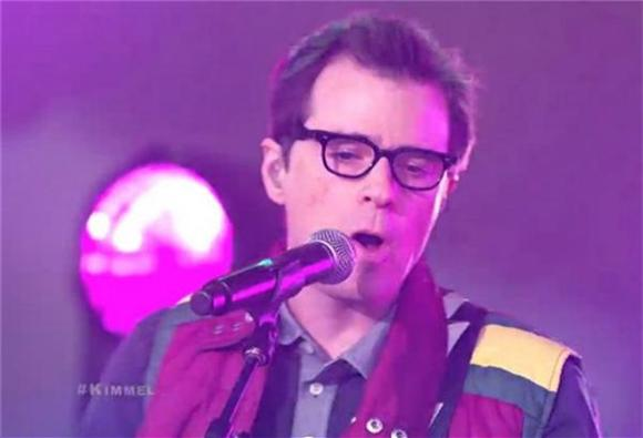 Weezer Performs New Track 'Ain't Got Nobody'