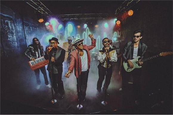 Bruno Mars and Mark Ronson Vibe Out In Video For 'Uptown Funk'