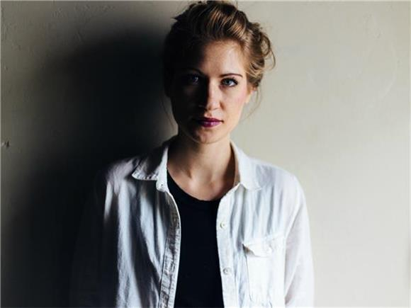 Baeble First Play: The Stark Synthpop Contrast of STEFF KOEPPEN