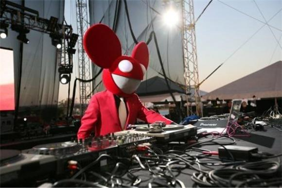Deadmau5 Broadcasts Skrillex's Telephone Number to the World