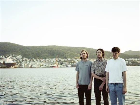 BAEBLE FIRST PLAY: Chain Wallet Achieve Jangle Pop Perfection on 'Remnants Of A Night'