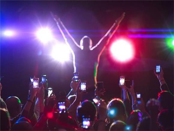 Why We Need To Put Our Phones Away at Live Concerts
