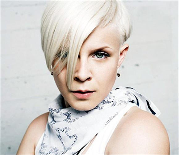watch: a 12 minute robyn performance