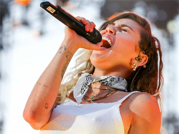 Miley Cyrus Is In Love, We Are All In Love: The First Performance of 'Malibu'