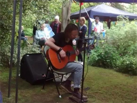 Radiohead's Thom Yorke Performs in His Neighbor's Backyard
