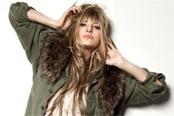 Juliet Simms Brings Her Breathtaking Voice To Baeble HQ