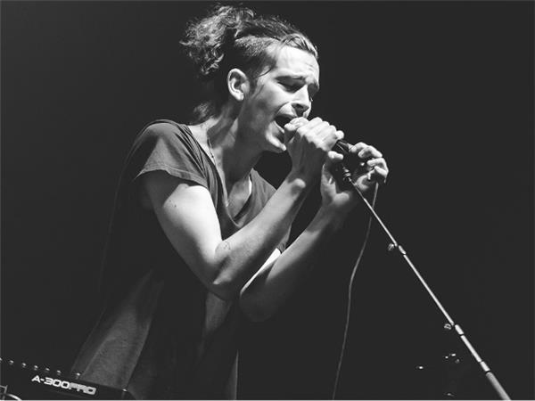 matthew healy pony tail